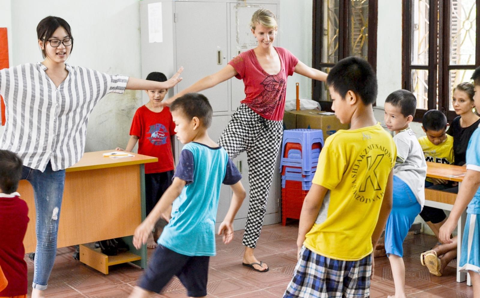 ベトナムの子供たちと体操を行うチャイルドケアボランティア